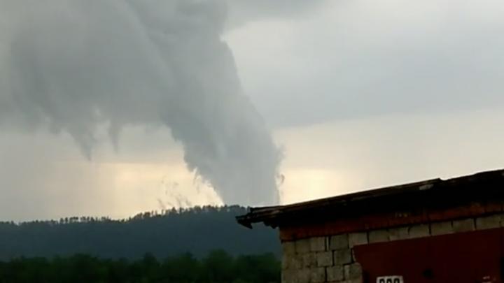Жители Миасса сняли на видео явление, похожее на торнадо