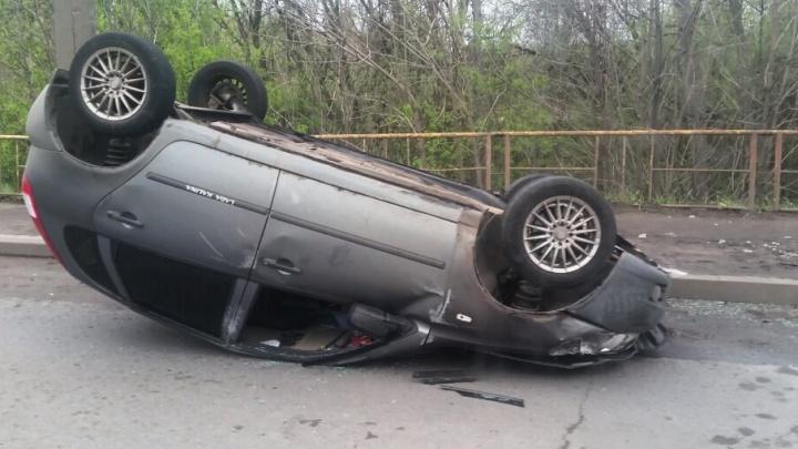 В Ярославле «Лада-Калина» перевернулась после удара с микроавтобусом: двое в больнице
