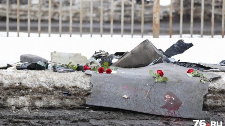 Родители погибших в страшном ДТП ярославцев привезли на место трагедии цветы