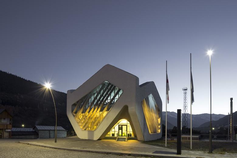 Здание суда и общественный центр в Местиа