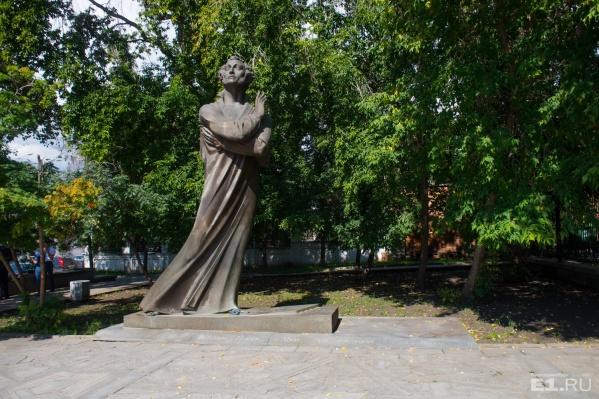 В конце улицы Пушкина стоит нетипичный Александр Сергеевич.