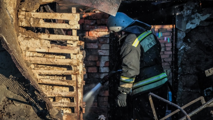 В садовом кооперативе в Аксайском районе два человека погибли при пожаре