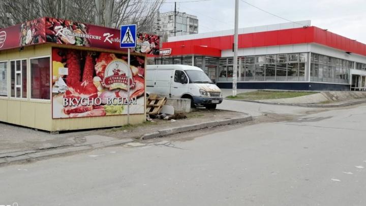 В Дзержинском районе Волгограда новый ларек запер пешеходный переход