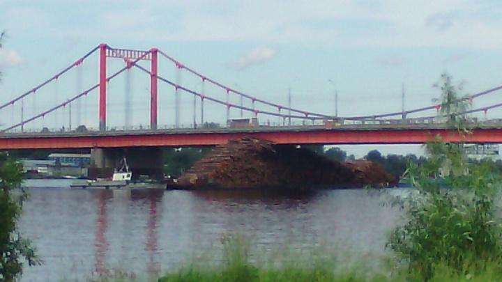 В Архангельске баржа с лесом врезалась в Кузнечевский мост