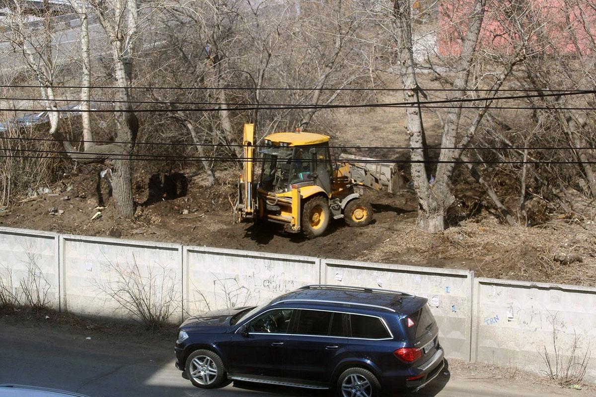 Тракторы разравнивают землю
