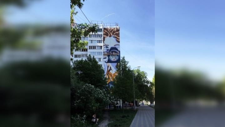 «Она прекрасна»: художники закончили граффити девушки с «Союзом»
