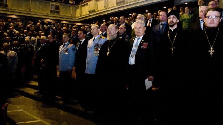 В свой профессиональный праздник полицейские исполнили гимн «Боже, царя храни»