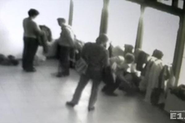 Пенсионеров сняли камеры видеонаблюдения.