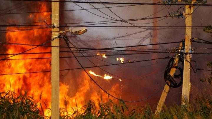 В поселке Вишневая балка произошел сильный пожар в считаных метрах от жилых домов