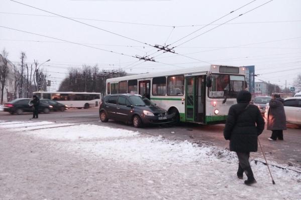 Подробности аварии будут выяснять инспекторы Госавтоинспекции