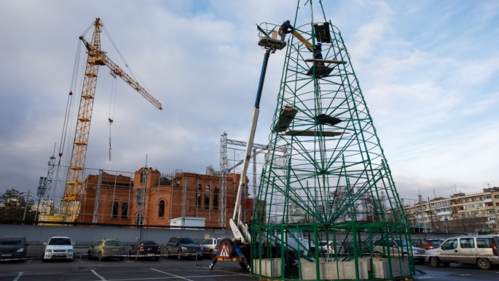 В центре Волгограда собрали «скелет» новогодней елки