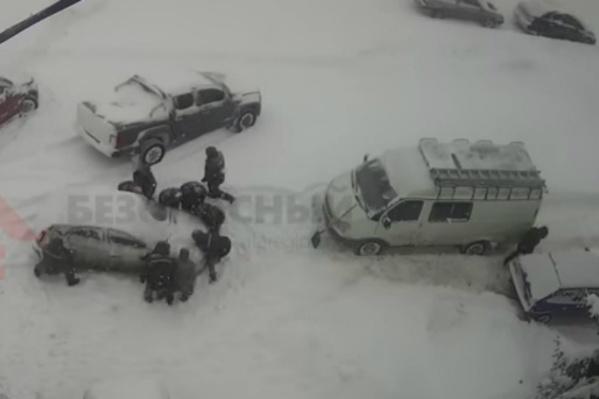 Коммунальщики вручную перепарковали машину, мешавшую чистить дорогу
