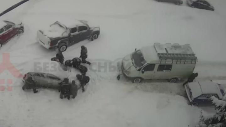 В Ярославле коммунальщики на руках перенесли машину, мешавшую чистить дорогу