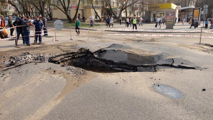 Провал шириной в две машины: на перекрестке улиц в центре Перми прорвало трубу