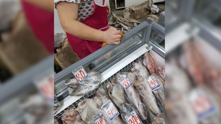 «Ничего, вы же её мыть будете»: в челябинском магазине разгорелся скандал из-за рыбы на полу