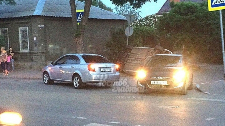 В Ростове машина перевернулась после удара о дерево