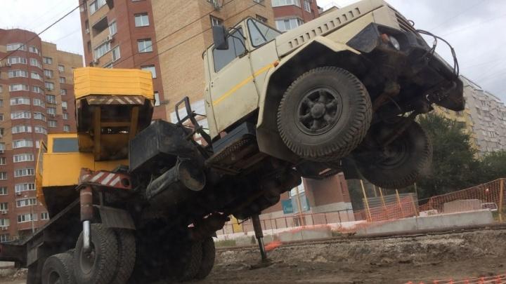 На Ново-Вокзальной перевернулся  автокран