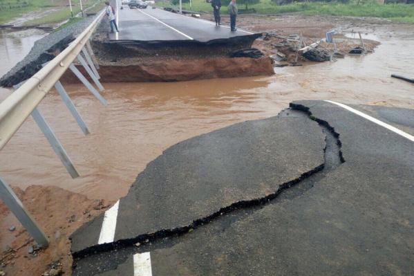 Часть моста смыло в Ильинском районе