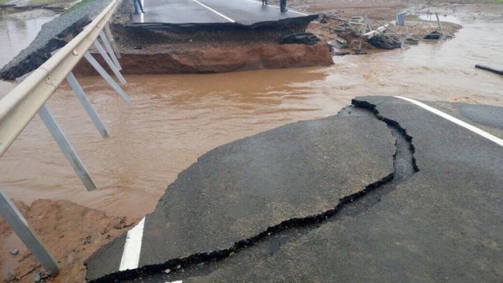Не выдержал удара стихии: в Прикамье из-за сильных ливней смыло часть автомобильного моста