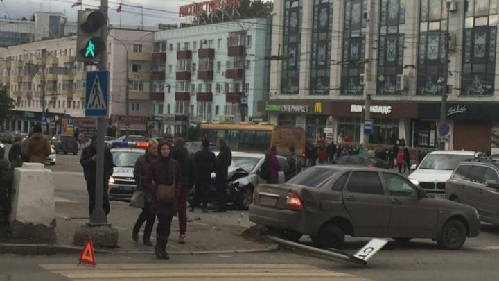 Стоит улица Ленина и Комсомольский проспект: из-за ДТП у ЦУМа парализовано движение в центре Перми
