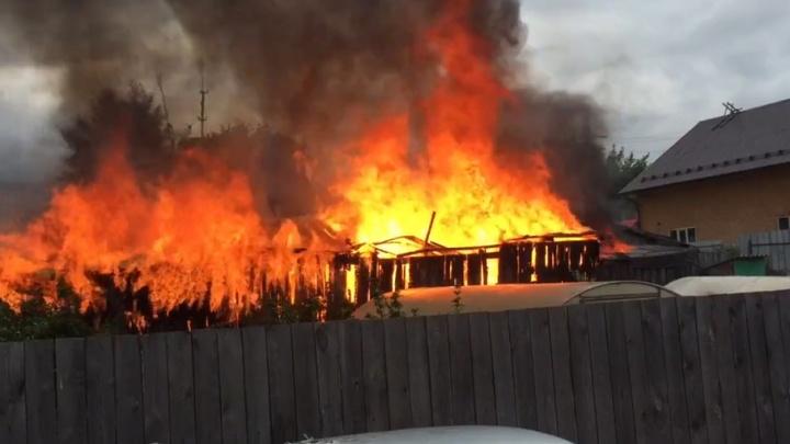 На улице Подгорной пожарные спасли частные дома
