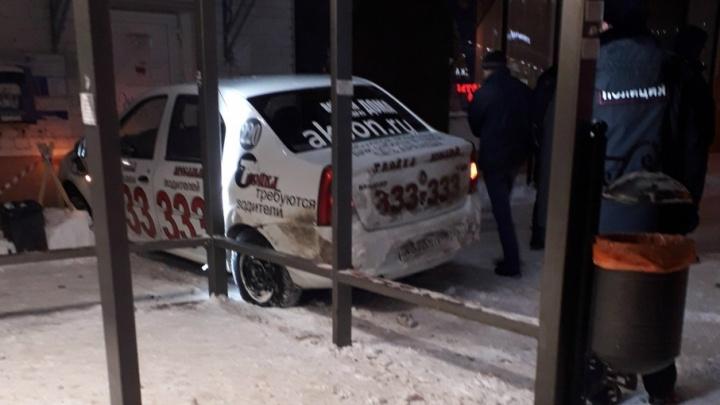 В Ярославле такси «Тройка» снесло знак и въехало в почтовое отделение