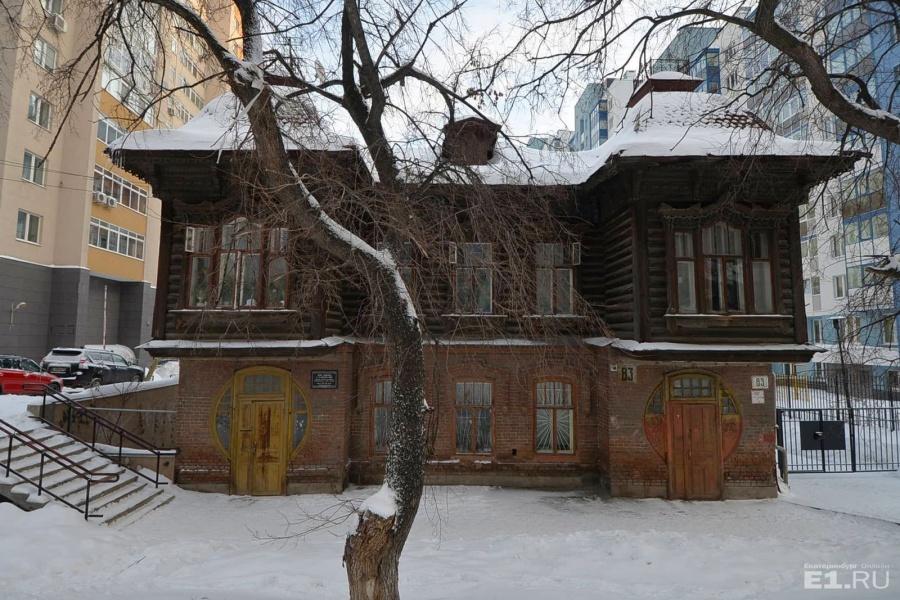 Шейнкмана, 83 — жилой дом с башенками в стиле модерн.