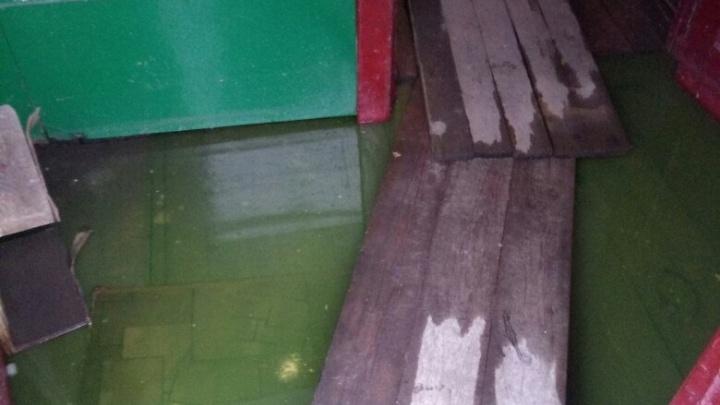 В Архангельске у жильцов деревянного дома больше месяца затоплен подъезд
