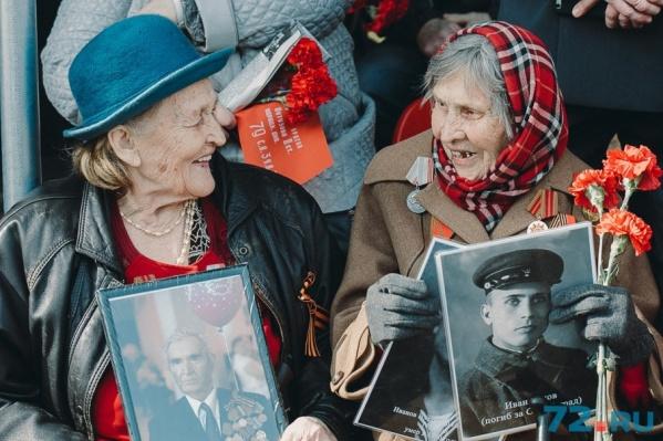Вдовы участников войны пришли на парад с портретами своих героев