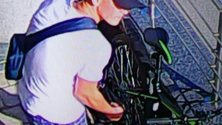 «Перекусил трос и угнал»: кража велосипеда в Челябинске попала на видео