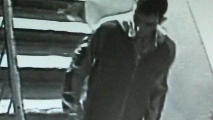 Скрывавшийся от «убийцы» парень повредил две машины бутылкой и куском металла