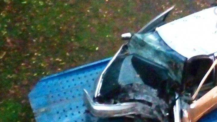 Водитель Toyota врезался в дерево на Шолохова