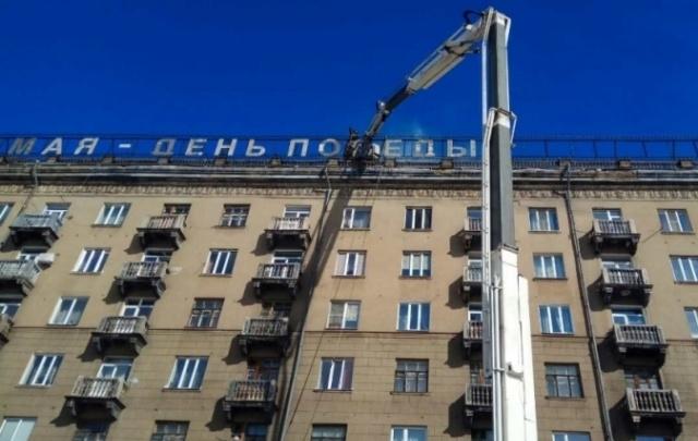 Из-за пожара на крыше многоэтажки огнеборцы эвакуировали 31 человека