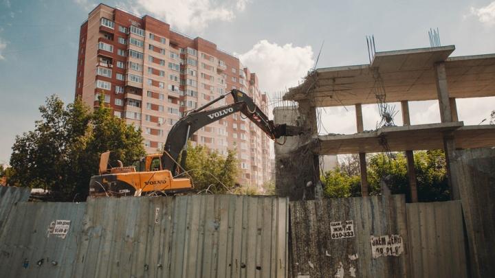 В центре Тюмени сносят незаконный долгострой