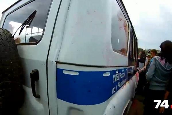 Подростки забрасывали полицейских краской и выкрикивали оскорбления