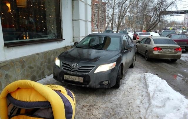«Я паркуюсь как…»: автохамы против колясок, захватчики дворов и другие нарушители правил