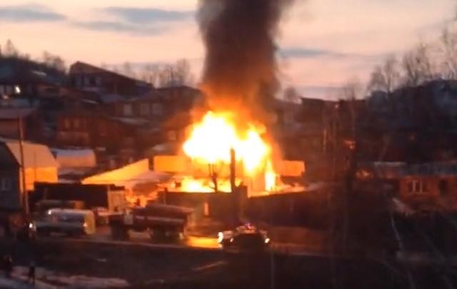 Баню размером с «двушку» отстояли от огня 16 пожарных