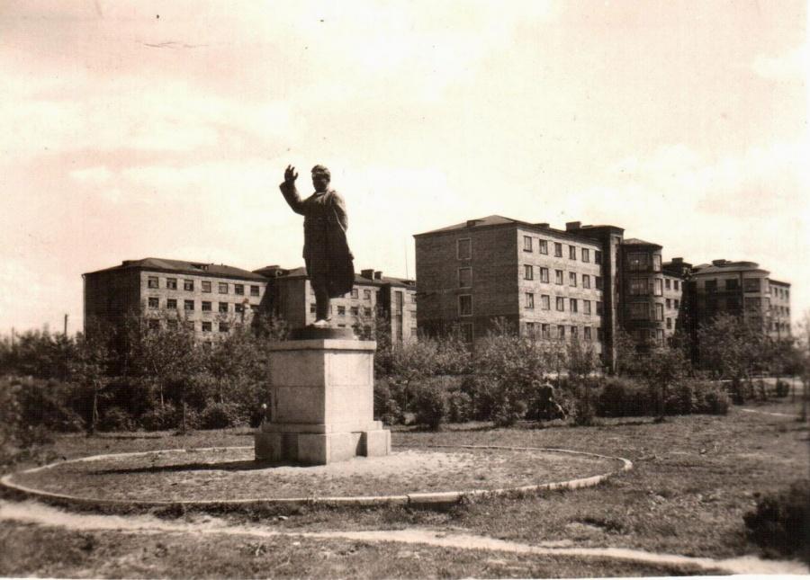Раньше между общежитиями стоял памятник Кирову.