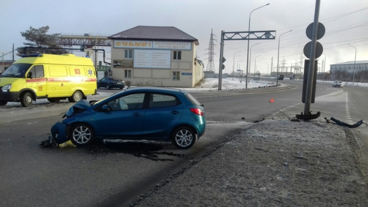 Бампер — всмятку, водителя спасли подушки безопасности: тюменка пострадала в ДТП на Камчатской