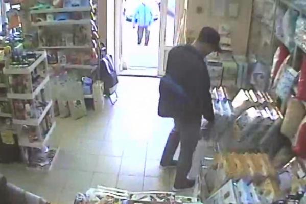Мужчина в кепке взял постельное бельё и спешно покинул магазин
