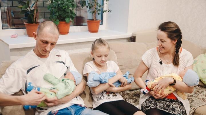 На деньги от правительства тюменская семья с тройняшками переедет из тесной однушки в уютный частный дом