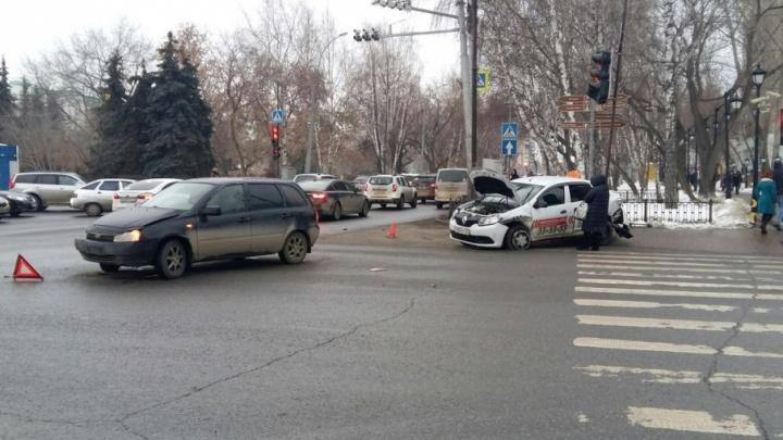 В Тюмени водитель Lada снес светофор, поспешив проехать на красный