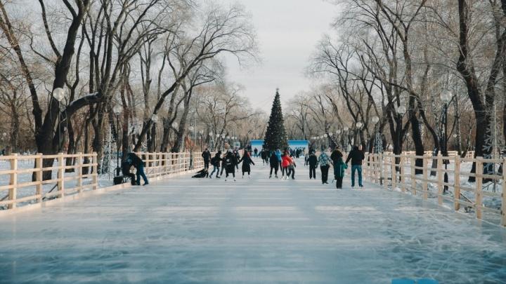 Танцы, песни, сказочные герои и падения на льду: фоторепортаж с открытия катка в Комсомольском