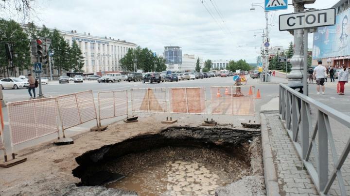 На центральной улице Перми из-за аварии на водопроводе вырыли котлован