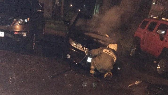 Во дворе в Заволжском районе вспыхнул черный Lexus