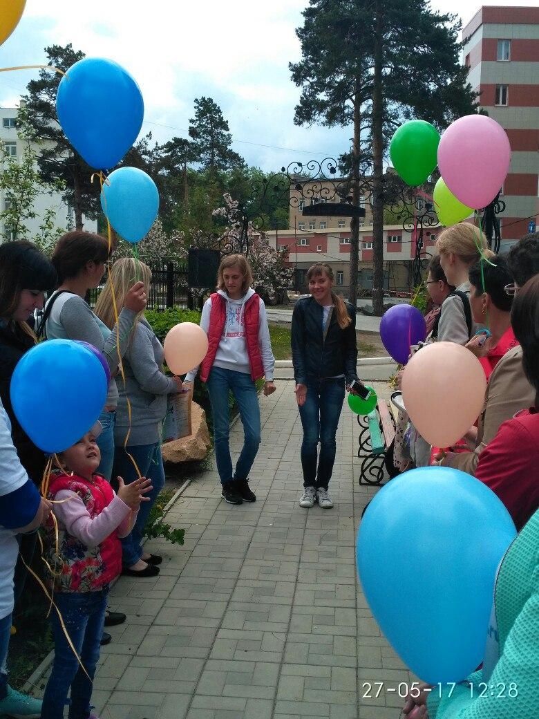 """На """"Аллее жизни"""" участники акции задержали дыхание и отпустили в небо воздушные шары"""