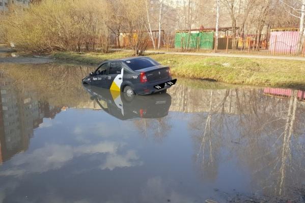 По словам местных жителей, автомобилисты регулярно попадают в эту ловушку