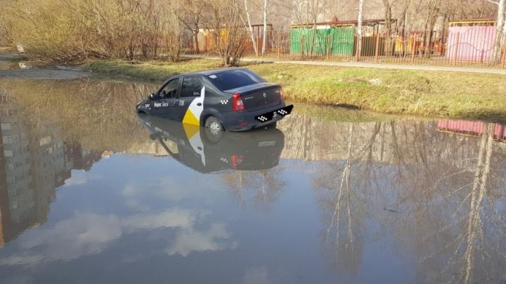 Машина такси застряла в луже у детского сада на Стахановцев