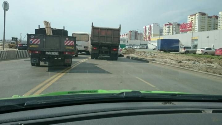 Объездная дорога встала в трёхкилометровой пробке из-за ДТП у ТЦ «Остров»