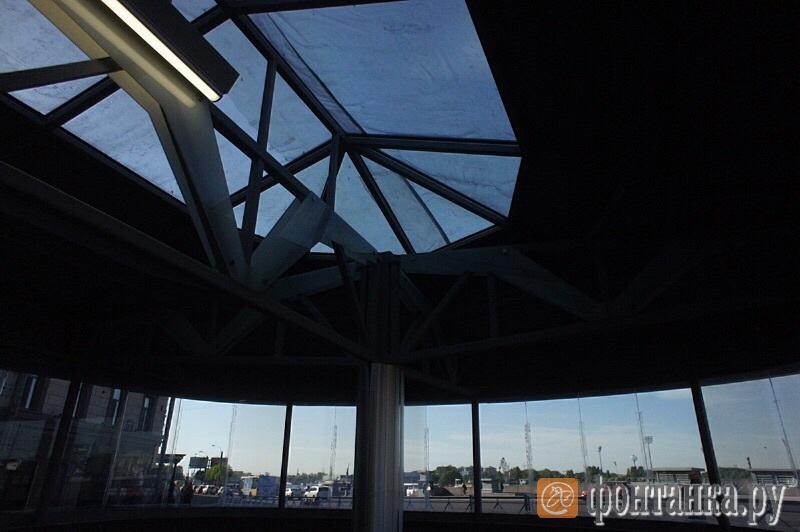 Крыши павильонов накрыты полиэтиленом